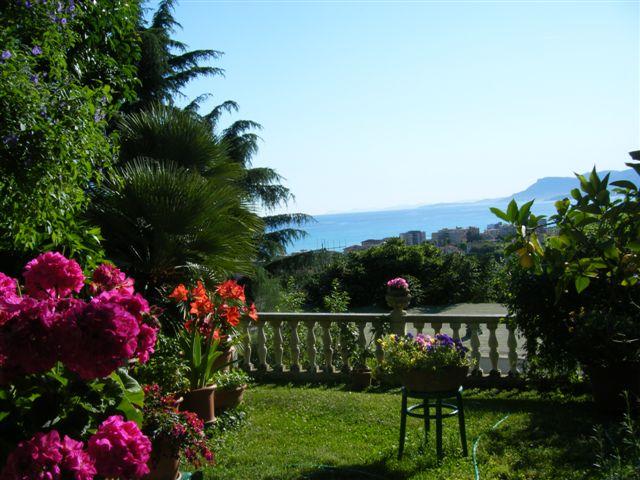 Vista panoramica mare dal giardino villa prestigio bordighera